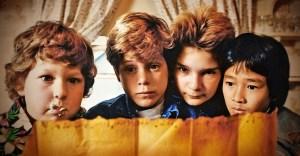 Mikey (Sean Astin) e seus  amiguinhos encontrando o mapa do tesouro em Os Gonnies