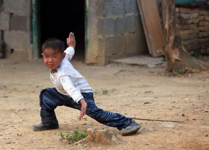 Garoto chinês de 6 anos banido pela sociedade 12