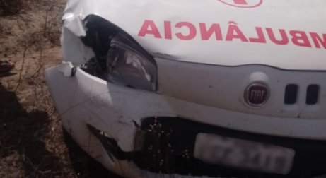 Motoqueiro e ambulância colidiram