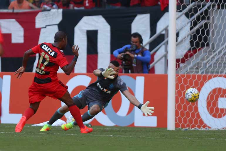 Edmilson marcou o gol ainda no primeiro tempo. Foto: Alexandre Gondim/JC Imagem