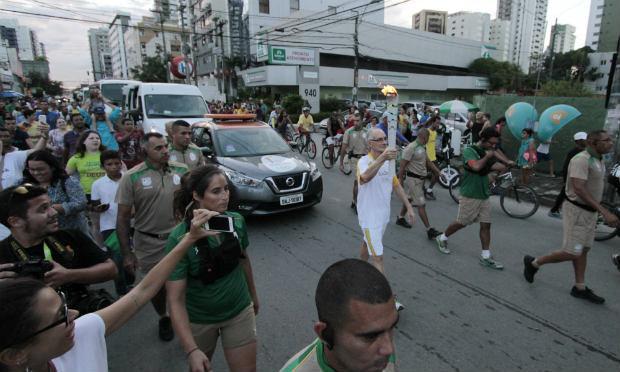 Treinador caiu mas seguiu o percurso de 200m com a Tocha Olímpica. / Foto: reprodução do vídeo