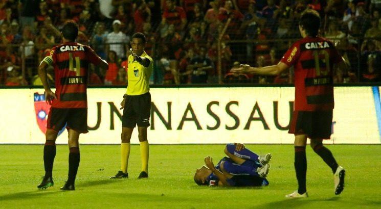 Árbitro de vídeo auxiliou José Woshington na partida entre Sport e Salgueiro. Foto: Diego Nigro/JC Imagem