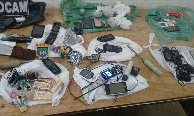 Armas artesanais, celulares e drogas foram apreendidos / Foto: divulgação/Polícia Militar