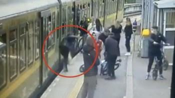 [VIDEO] Hombres empujan a una mujer a las vías del tren