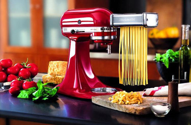 kitchen aid pasta products 你的厨房还缺一件万能厨师机 虽然摆在厨房立刻让科技指数爆表 但其原理很简单 电机发力 带动齿轮实现高效的搅拌效果 揉制面团 擀压面条 绞肉切菜 榨汁取液 都用得到它