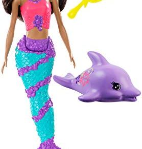 Barbie Dreamtopia - Sirena con delfin, muñeca morena con accesorios (Mattel GGG59)