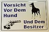 """Schild: """"Vorsicht vor Hund u. Besitzer"""""""