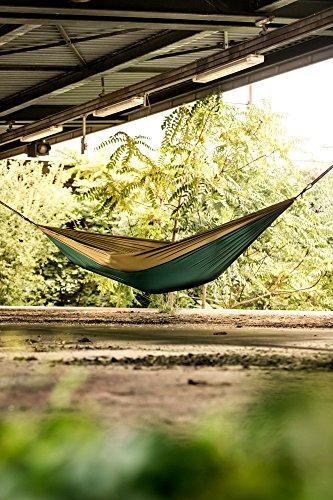 Monkey Swing Hängematte inkl. Aufhängeset I Fallschirm Nylon Ultra Light I 275 x 140 cm, 220 kg Traglast I Set mit 2 x 300kg-Schwerlastgurt (275 cm lang, 2,5 cm breit) und 2 x Karabiner, Outdoor Trekking und Camping Hammock, Reise-Hängematte, Travel-Hammock, Garten, Strand (Grün/Khaki)
