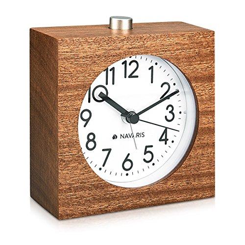 Navaris Analog Holz Wecker mit Snooze - Retro Uhr im Viereck Design mit Ziffernblatt Alarm - Leise Tischuhr ohne Ticken - Naturholz in Dunkelbraun