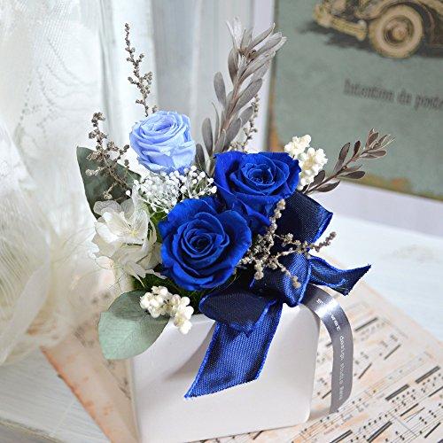 花束を結婚する男性にプレゼント
