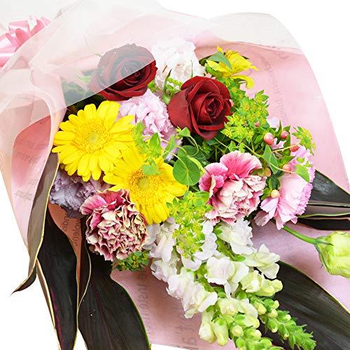 男性へのサプライズギフトに花束を贈る