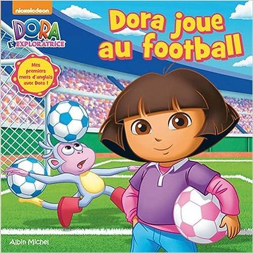 Dora joue au football