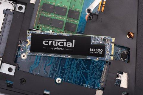 Crucial M.2 SSD MX500 ノートPCの基板上
