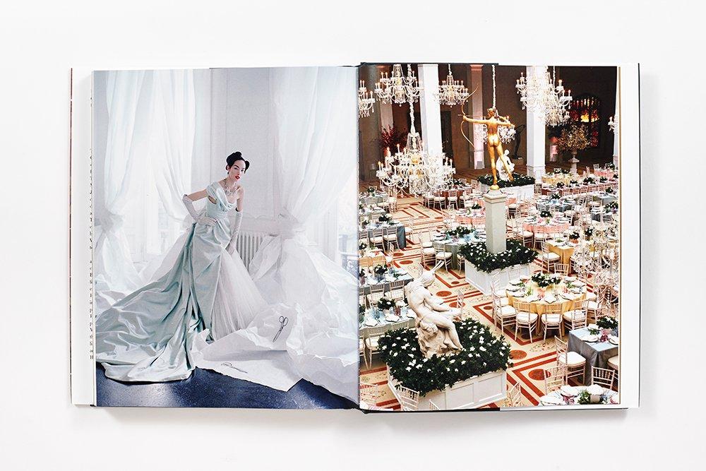 Libro sobre las fiestas y exposiciones que Vogue organiza en el Metropolitan Museum.
