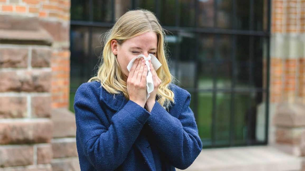 woman_sneezing_outdoors-1296x728-header.20180503190438571.jpg (1155×648)
