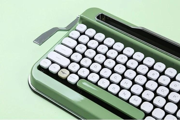咖咖的打字聲太療癒!絕美「復古打字機鍵盤」可搭平板超方便。薄荷綠復古款式一秒回到舊時光~ 噪咖 EBCbuzz
