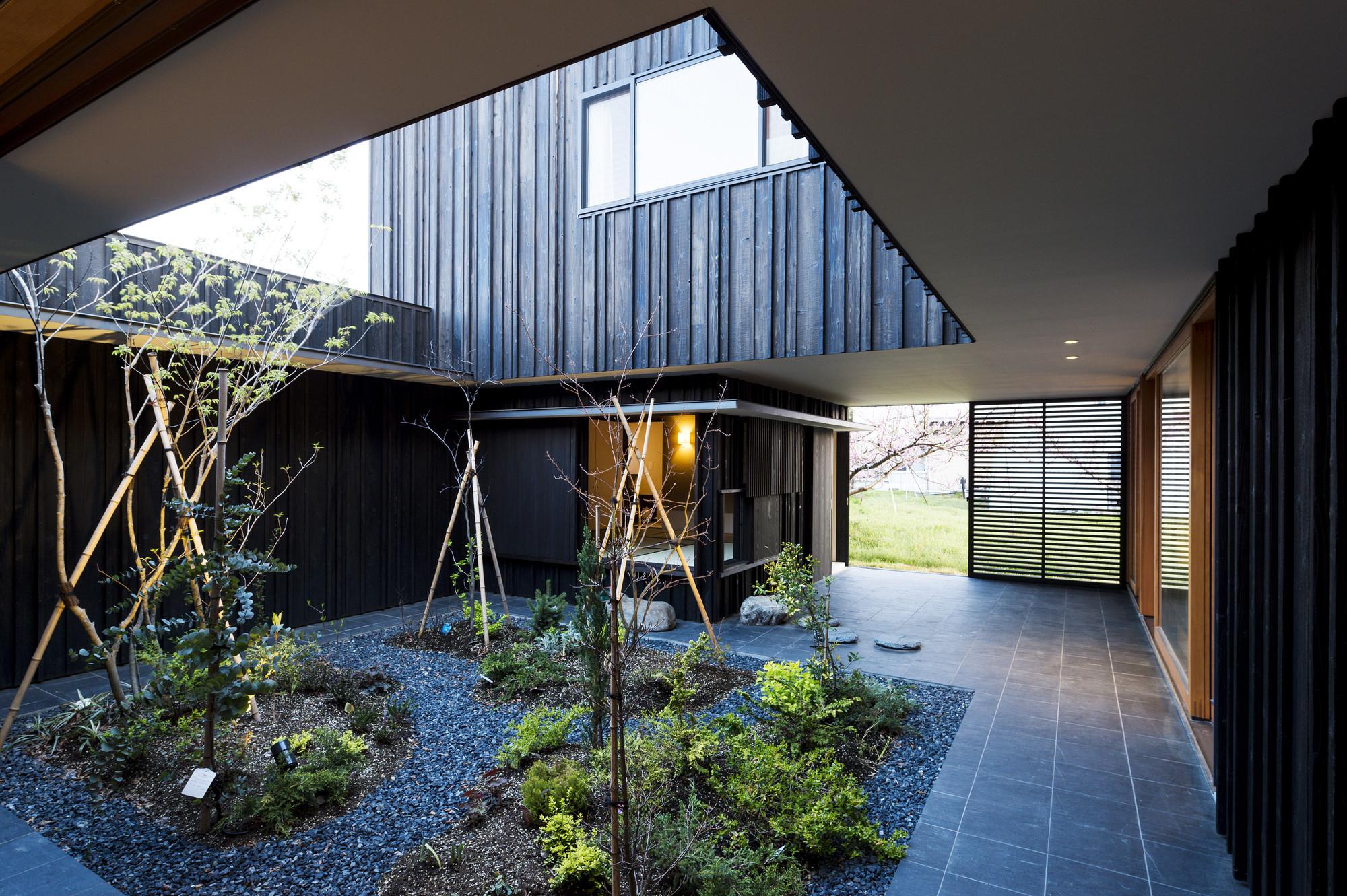Courtyard House In Peach Garden Takeru Shoji