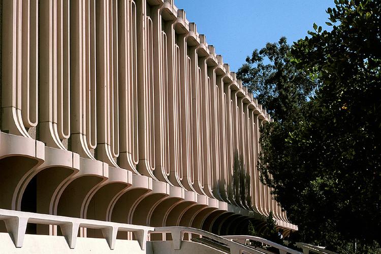 Jack Langson Library at University of California (Irvine). Image Courtesy of Wikimedia user TFNorman (public domain)
