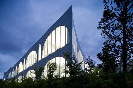 Tama Art University Library. Image ©  Iwan Baan