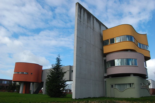 Wall House II, built 2001 in the Netherlands. Image © <a href='https://commons.wikimedia.org/wiki/File:Wall_House2.JPG'>Wikimedia user Wenkbrauwalbatros</a> licensed under <a href='https://creativecommons.org/licenses/by-sa/3.0/deed.en'>CC BY-SA 3.0</a>