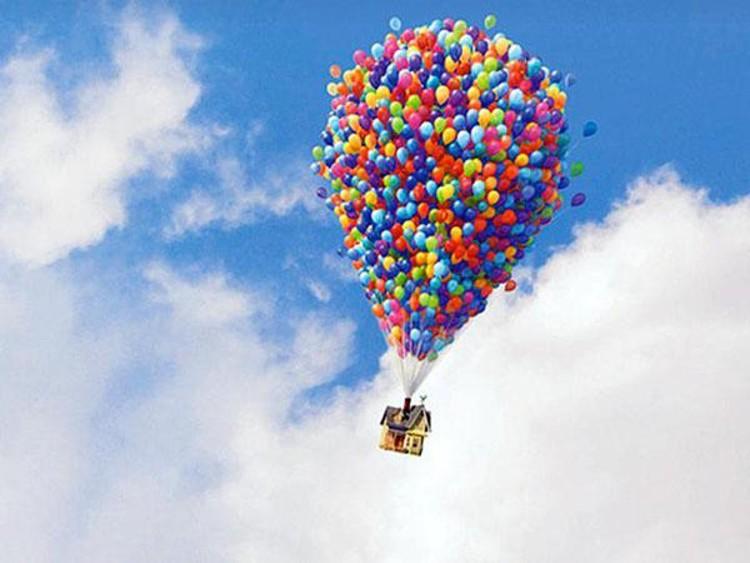 """A casa em """"UP"""" flutua sustentada por balões de gás hélio e viaja metade do globo. Imagem © Pixar"""