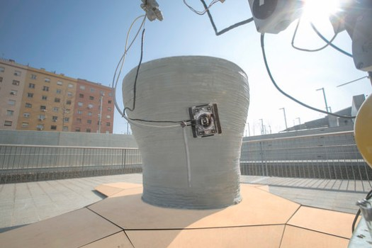Minibuilders' Vacuum Robot uses a suction cup to stick to the surface of the structure, adding vertical reinforcement. Image Courtesy of Minibuilders and Institute for Advanced Architecture of Catalonia