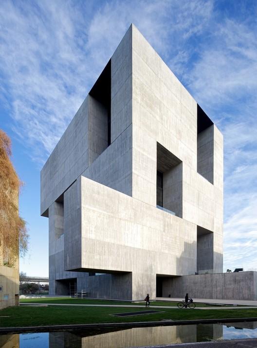 Centro de Innovación UC - Anacleto Angelini (2014) / Santiago de Chile. Image © Nico Saieh