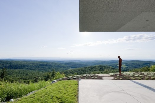 House in Columbia County, NY with Antony Gormley sculpture. Image © Iwan Baan