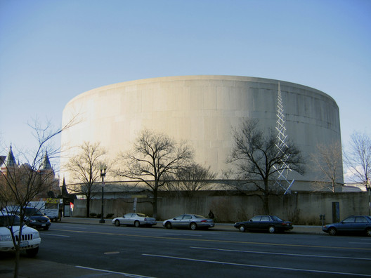 Hirshhorn Museum. Image © <a href='https://commons.wikimedia.org/wiki/File:Hirshhorn_Museum.jpg'>Wikimedia user postdlf</a> licensed under <a href='https://creativecommons.org/licenses/by-sa/3.0/deed.en'>CC BY-SA 3.0</a>