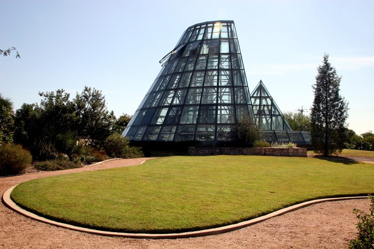 Lucile Halsell Conservatory at the San Antonio Botanical Garden (1988). Image © Flickr user joevare licensed under CC BY-ND 2.0