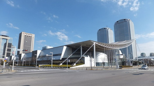 Makuhari Messe (Chiba, 1989). Image © <a href='https://commons.wikimedia.org/wiki/File:View_of_Makuhari-Messe_from_Nakase_2-chome_crossing.jpg'>Wikimedia user 掬茶</a> licensed under <a href='https://creativecommons.org/licenses/by-sa/3.0/deed.en'>CC BY-SA 3.0</a>