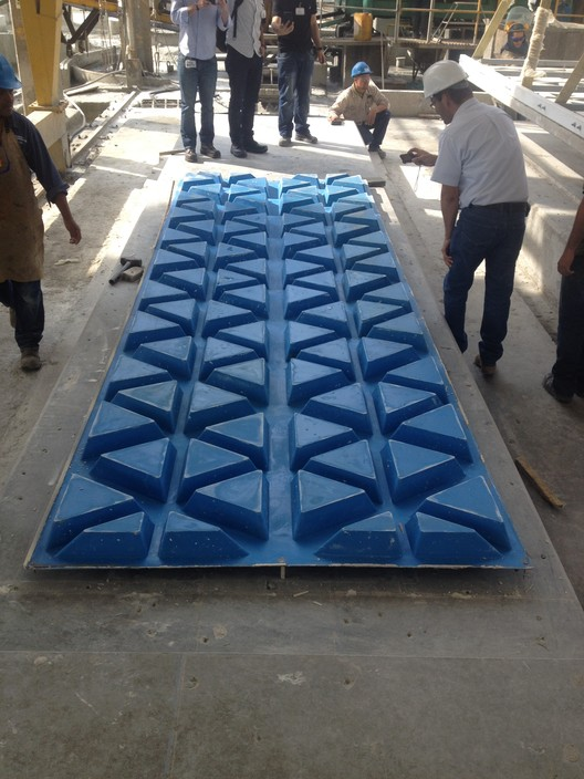 Moldaje de GRC (Glass Reinforced Concrete) e instalación in situ. Image Cortesía de EDU