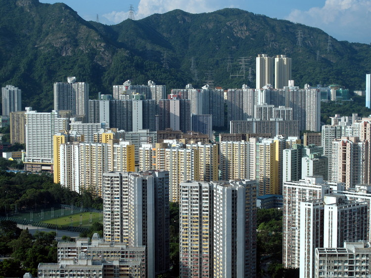 Wong Tai Sin Public Housing Estate. Image © <a href='https://commons.wikimedia.org/wiki/File:Wong_Tai_Sin_Public_Housing_Estate_2010.jpg'>Wikimedia user WiNG</a> licensed under <a href='https://creativecommons.org/licenses/by-sa/3.0/deed.en'>CC BY-SA 3.0</a>