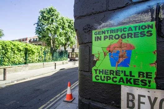 """""""Gentrificação em processo. 'Vai ter cupcake'!"""". Cartaz em Cheshire Street em Londres. Imagem © MsSaraKelly [Flickr],sob licença CC BY 2.0"""