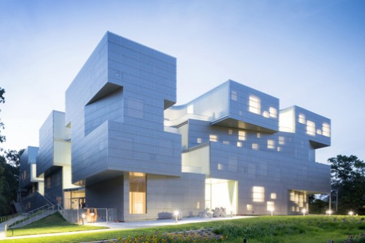 UNIVERSITY OF IOWA VISUAL ARTS BUILDING; Iowa City, Iowa / Steven Holl Architects. Image Courtesy of The American Architecture Awards