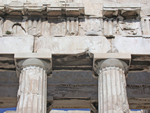 Western Entablature and Columns. Image © Wikipedia User: MM. Licensed Under Public Domain
