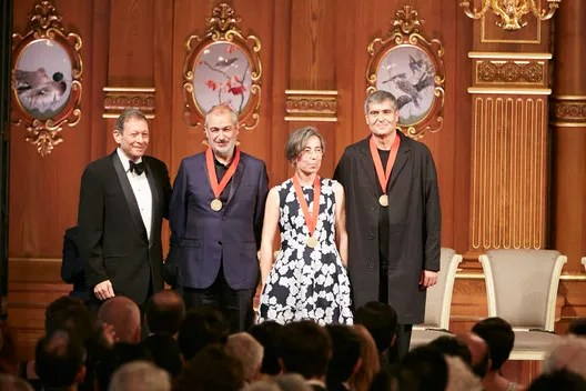 Thomas Pritzker (left) with Ramon Vilalta, Carme Pigem and Rafael Aranda. Image © The Hyatt Foundation / Pritzker Architecture Prize