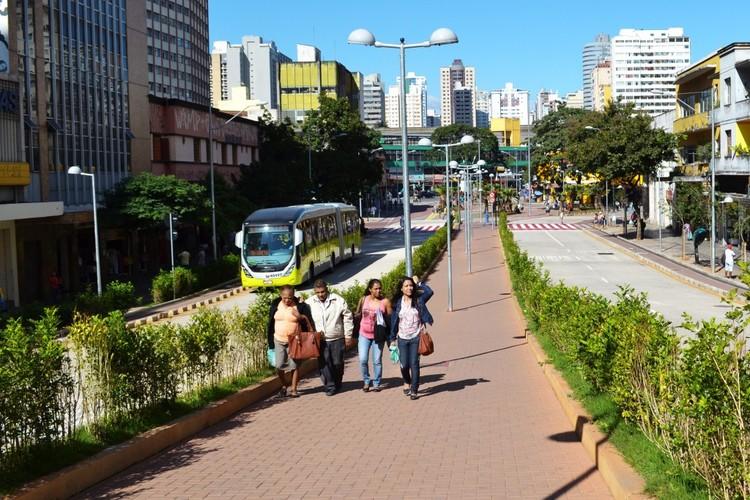 Blocos intertravados devem ser assentados corretamente para qualificar uma calçada acessível. Foto: Luísa Zottis/ EMBARQ Brasil. Image Cortesia de TheCityFix Brasil