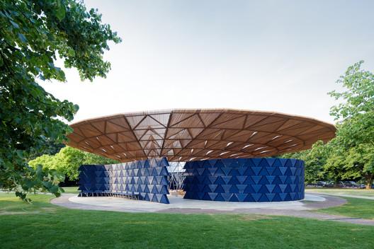 Serpentine Pavilion 2017, designed by Francis Kéré. Serpentine Gallery, London (23 June – 8 October 2017) © Kéré Architecture. Image © Iwan Baan