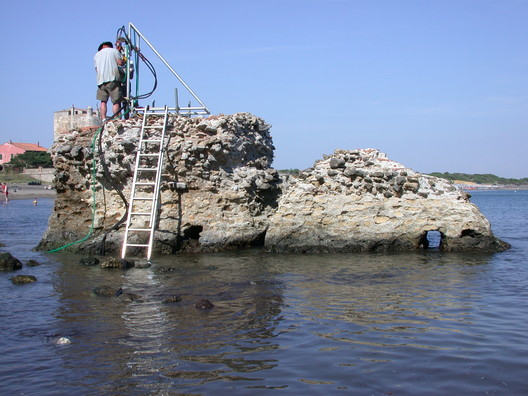 Drilling at a ancient Roman marine structure in Portus Cosanus, Tuscany, 2003. Drilling is by permission of the Soprintendenza Archeologia per la Toscana.. Image © J. P. Oleson