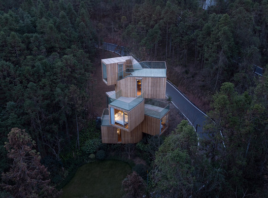 The Qiyun Mountain Tree House / Bengo Studio. Image © Chen Hao