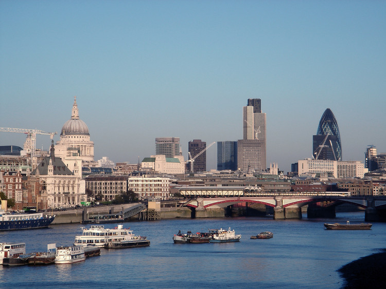 "David Adjaye, Peter Murray and Alison Brooks Among Mayor of London's New Team of ""Design Advocates"", London Skyline in 2005. (Licensed by CC BY-SA 3.0). Image Courtesy of Wikimedia Commons User: Mewiki"
