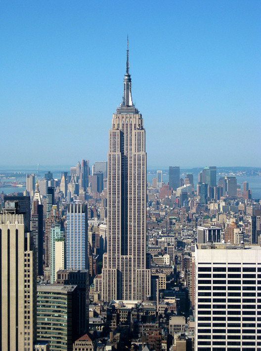 The Empire State Building. Image © <a href='https://www.flickr.com/photos/jiuguangw/5135516166'>Flickr user jiuguangw</a> licensed under <a href='https://creativecommons.org/licenses/by-sa/2.0/deed.en'>CC BY-SA 2.0</a>