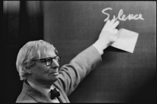 Louis I. Kahn during the lecture at the ETH Zurich. Photographs by Peter Wenger. Image © Archives de la construction moderne – Acm, EPF Lausanne