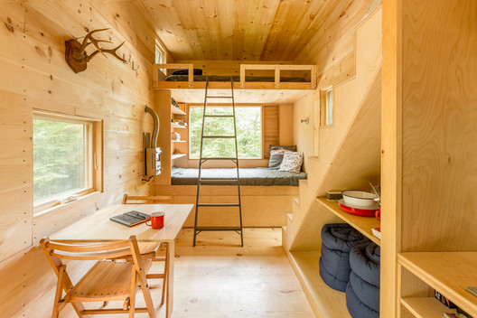 A cozy Getaway cabin for 4 people close to Boston. Image © thebearwalk.com