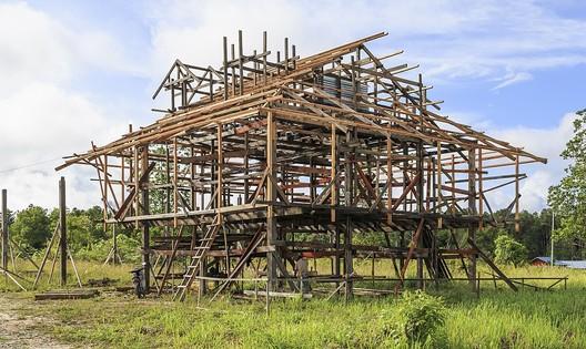 Wood Frame <a href='https://en.wikipedia.org/wiki/Framing_(construction)#/media/File:Salarom_Sabah_Frame-of-a-new-house-01.jpg'>© Cccefalon via Wikimedia </a> Licença CC BY-SA 3.0