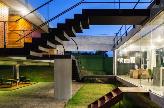 Casa das duas vigas / Yuri Vital. Image © Nelson Kon