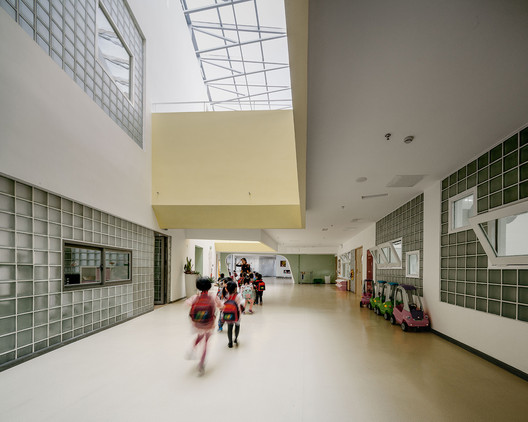 The hallway in front of the activity room is children's social place. Image © Siyu Zhu