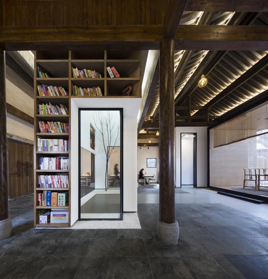Bookshelves and Patio. Image © Bowen Hou