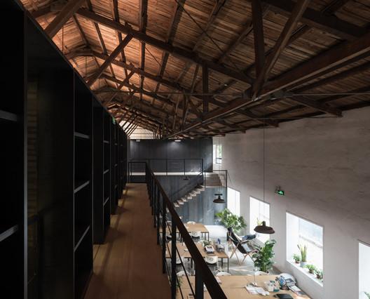 2nd Floor Bookshelf Corridor. Image Courtesy of TAO - Trace Architecture Office
